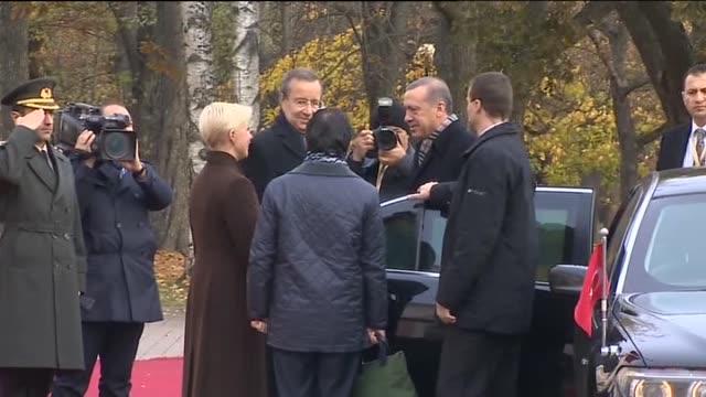 vidéos et rushes de estonia's president toomas hendrik ilves receives turkey's president recep tayyip erdogan with an official ceremony in tallinn estonia on 24 october... - président