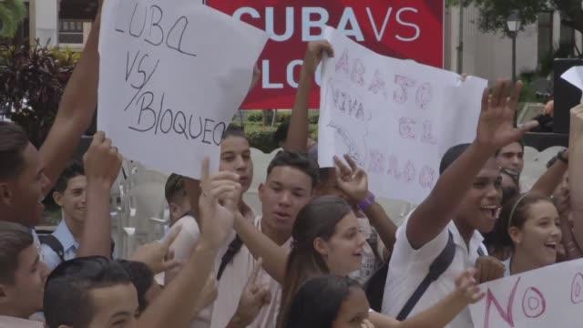 estudiantes cubanos festejaron la resolucion de las naciones unidas que insta a poner fin al bloqueo comercial impuesto a la habana en una votacion... - naciones unidas stock videos & royalty-free footage