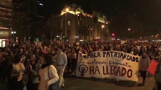 vídeos de stock e filmes b-roll de estudiantes de todo chile han ocupado sus universidades y colegios para por primera vez exigir el fin de la violencia machista y abogar por una... - exigir