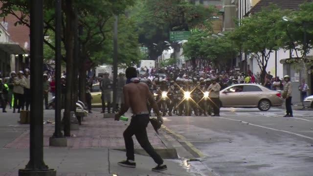 vídeos y material grabado en eventos de stock de estudiantes y fuerzas de seguridad protagonizaron este jueves enfrentamientos en caracas y en la ciudad de san cristobal un ano despues de las... - jueves