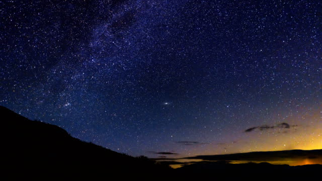 vídeos de stock, filmes e b-roll de eta aquarid chuva de meteoros time-lapse - chuva de meteoros