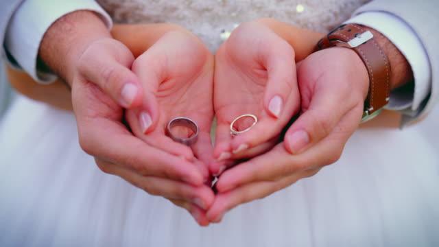 永遠は私たちの手の中にかかっている - 忠誠点の映像素材/bロール