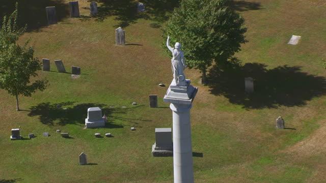 ws zo aerial pov ethan allen statue in greenmount cemetery with city in background / burlington, vermont, united states - burlington vermont bildbanksvideor och videomaterial från bakom kulisserna