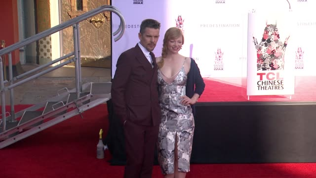 stockvideo's en b-roll-footage met ethan hawke and sarah snook at the tcl chinese theater handprint and footprint ceremony honoring ethan hawke at tcl chinese theatre on january 08... - tcl chinese theatre