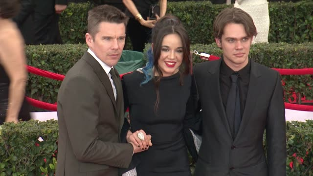 ethan hawke, lorelei linklater, ellar coltrane at 21st annual screen actors guild awards - arrivals in los angeles, ca 1/25/15 - 黒のシャツ点の映像素材/bロール