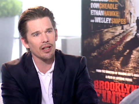 vídeos y material grabado en eventos de stock de ethan hawke on working with antoine fuqua again after working with him on training day h loves cop genre movies as they are about real people and... - the undertones
