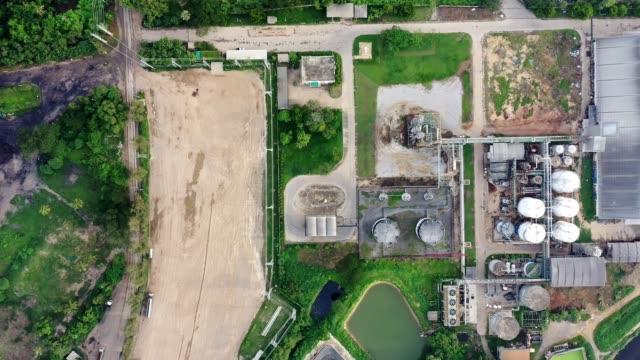 vidéos et rushes de usine d'alcool éthylique d'éthanol, production d'énergie renouvelable de canne à sucre, mélasse - écosystème