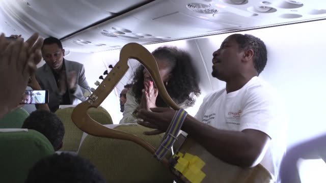 stockvideo's en b-roll-footage met ethiopia and eritrea resume commercial airline flights for the first time in two decades with emotions spilling over into the aisles and onto the... - hoorn van afrika