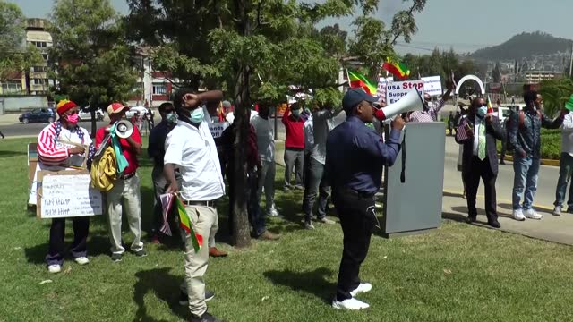 stockvideo's en b-roll-footage met ethiopian americans on tuesday, june 1, staged a protest at the us embassy in addis ababa, saying joe biden administration was putting pressure on... - democratie