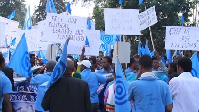 stockvideo's en b-roll-footage met ethiopian opposition activists on sunday demanded the release of journalists and political prisoners locked up under anti terror legislation in... - hoorn van afrika