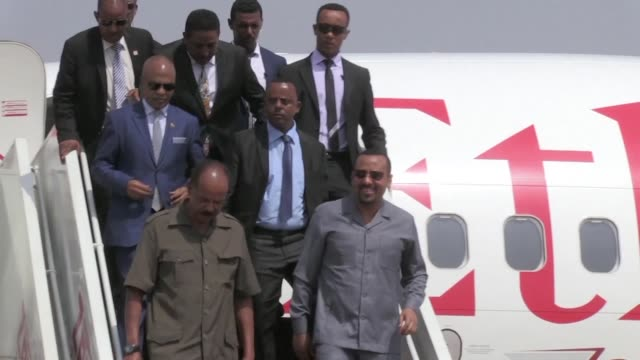 stockvideo's en b-roll-footage met ethiopian prime minister abiy ahmed and eritrean president isaias afwerki arrive to juba in south sudan on an official visit and are welcomed by... - minister president