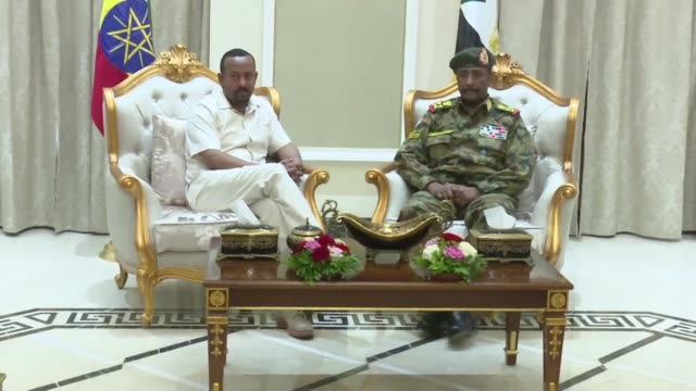vídeos de stock, filmes e b-roll de ethiopian prime minister abiy ahmed arrives at khartoum airport and meets the head of sudan's transitional military council general abdel fattah... - sudão