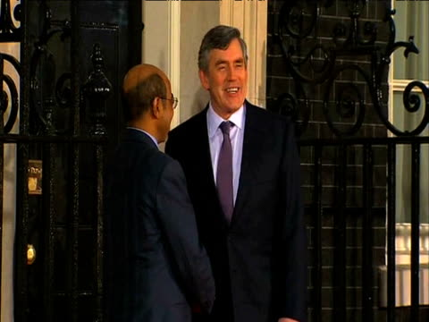 stockvideo's en b-roll-footage met ethiopian prime minister meles zenawi arrives at 10 downing street and is greeted by british prime minister gordon brown on eve of g20 summit 2 april... - hoorn van afrika