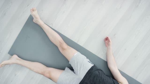 etniska vuxna par gör yoga tillsammans i en fitness-studio - sportbehå bildbanksvideor och videomaterial från bakom kulisserna