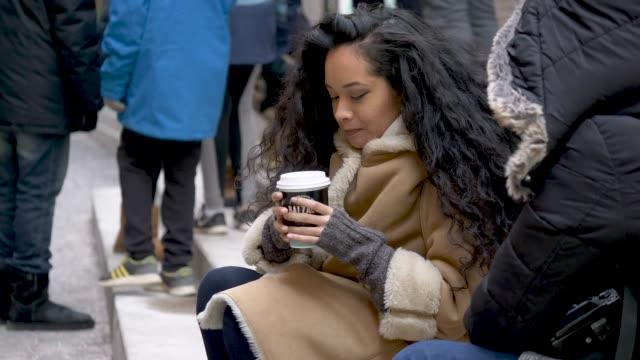 vidéos et rushes de femelle adulte ethnique dans le marché - manteau et blouson d'hiver