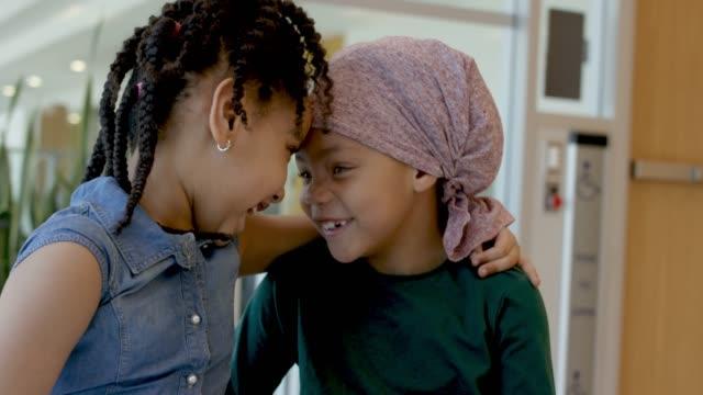 癌と彼女の妹との時間を費やしているエスニックな女の子 - 悪性腫瘍点の映像素材/bロール