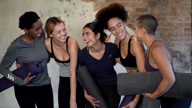 ethnische gruppe der jungen erwachsenen frauen posieren und lachen zusammen nach yoga-kurs in einem fitness-studio - 25 29 jahre stock-videos und b-roll-filmmaterial
