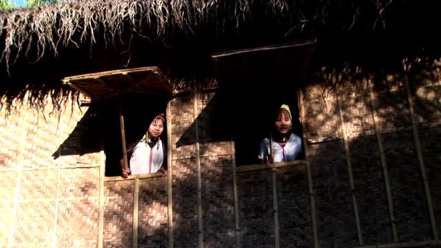 少数民族の女性長い首、ゴールドリング hdv238 - 先住民文化点の映像素材/bロール