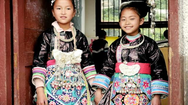 エスニックマイノリティー(東)スクールガールで、中国の伝統的な服装 - 先住民文化点の映像素材/bロール