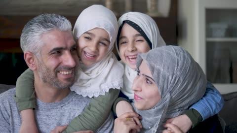vídeos y material grabado en eventos de stock de madre y padre étnicos posando con sus hijos - resistencia