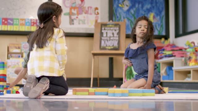 stockvideo's en b-roll-footage met etnische pre-school meisjes spelen samen - fatcamera