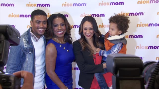 """vídeos de stock e filmes b-roll de etienne maurice, sheryl lee ralph, tia mowry-hardrict, cree taylor hardrict at """"nickmom"""" panel discussion at viacom building on september 25, 2013 in... - tia"""