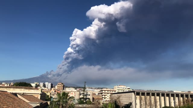 vidéos et rushes de etna eruption view from catania centre - entrer en éruption