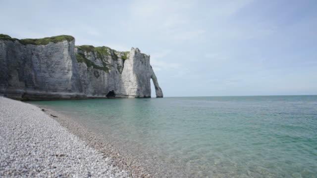 vidéos et rushes de étretat gauche falaise et plage mv-haute définition - normandie