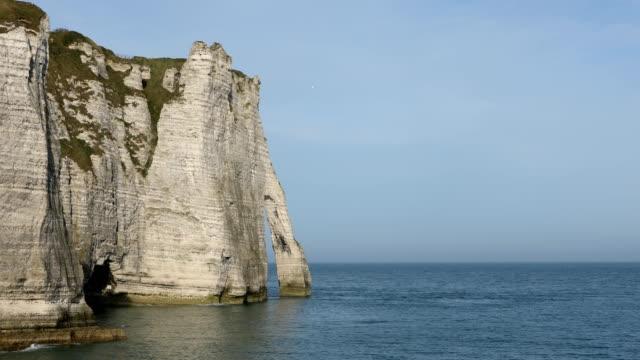 vidéos et rushes de etretat normandy - falaise