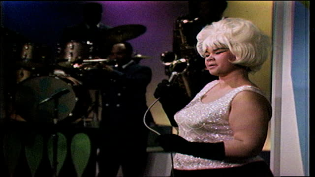 """etta james wearing blonde wig, performs """"only time will tell"""" backed by clarence """"gatemouth"""" brown and the bluebeats. - kopfbedeckung stock-videos und b-roll-filmmaterial"""