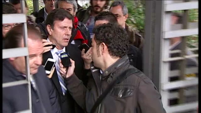 vídeos de stock, filmes e b-roll de ext eufemiano fuentes surrounded by press as leaving court fuentes commenting to press as along sot with permission from my lawyers i will do it - abuso de substâncias