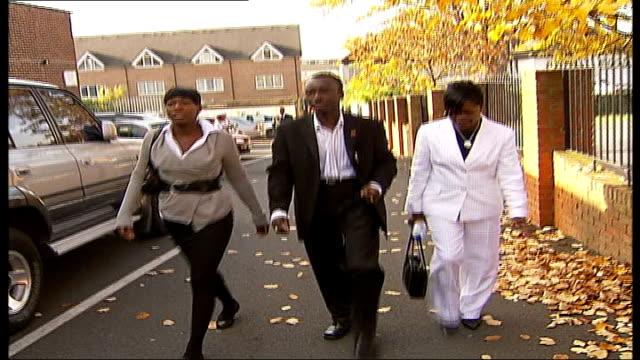 vidéos et rushes de one year on england south london croydon ext family of stabbing victim eugene attram maureen mac and amanda arriving for memorial service - mac