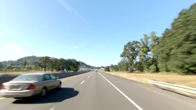 vídeos y material grabado en eventos de stock de eugene highway iv sincronió serie placa de proceso de conducción de vista frontal - oregon us state