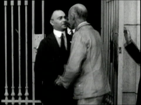 eugene v. debs leaves atlanta federal prison and is presented a bouquet of flowers. - 1921年点の映像素材/bロール