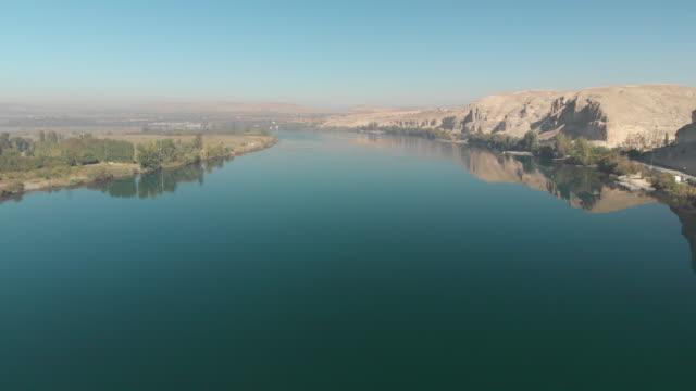 vidéos et rushes de fleuve de l'euphrate, birecik, sanliurfa, turquie - turquie
