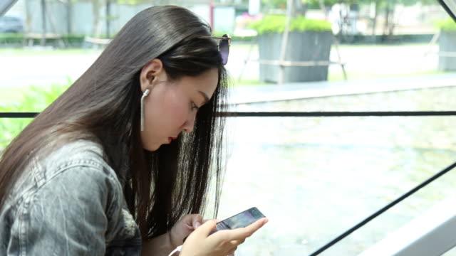 スマート フォンで入力する若いアジア女性の撮影はユーラシア、パン - ユーラシアエスニシティ点の映像素材/bロール