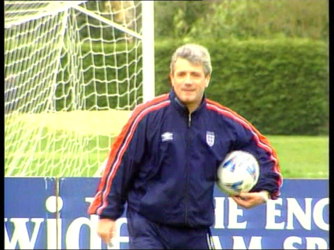 vídeos de stock e filmes b-roll de england preparations/glenn hoddle interview itn england berkshire bisham abbey england coach kevin keegan at training session graeme le saux order... - berkshire inglaterra