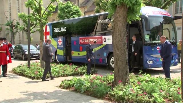 vídeos de stock, filmes e b-roll de england team arrive in chantilly france chantilly ext onlookers awaiting england team arrival/ england football team bus arrives/ roy hodgson from... - euro 2016