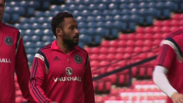 vidéos et rushes de scotland training various scotland team along during training session / players stopping for refreshments / more scotland team on pitch warming up /... - en cas