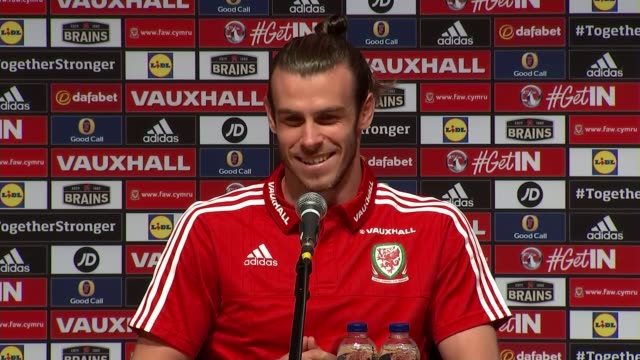 vidéos et rushes de wales prepare for semi-final match v portugal; dinard: int bale as press conference reporter asking question sot gareth bale press conference sot... - pays de galles