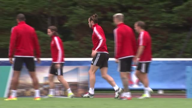 vídeos de stock, filmes e b-roll de wales team training wales team in training / chris coleman watching / - euro 2016