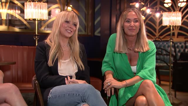 atomic kitten interview; england: london: int close shots of natasha hamilton, jenny frost and liz mcclarnon during interview and singing at end of... - リズ・マクラーノン点の映像素材/bロール