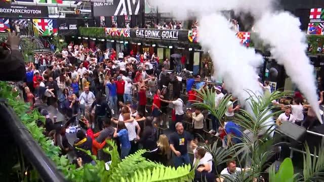 vídeos de stock e filmes b-roll de england beat germany: fan reactions; england: manchester: ext fans watching match in fan zone with social distancing barriers, celebrating goal... - croydon inglaterra