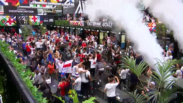 vídeos de stock e filmes b-roll de england beat germany: london reaction; 29.6.2021 england: london: croydon: boxparkcroydon: int england football fans celebrate england goal during... - croydon inglaterra