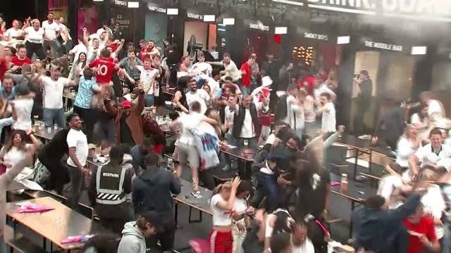vídeos de stock e filmes b-roll de england fans react to quarter final win; 3.7.2021 england: london: croydon: boxpark croydon fan park: int various of england football fans in 'fan... - croydon inglaterra