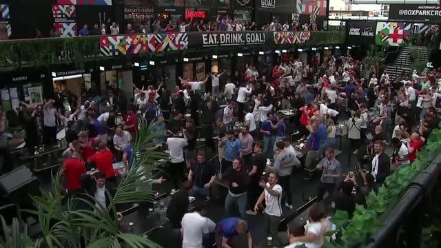 vídeos de stock e filmes b-roll de england top group after 1-0 victory; england: london: croydon: boxpark croydon: ext gvs fans celebrating goal - croydon inglaterra