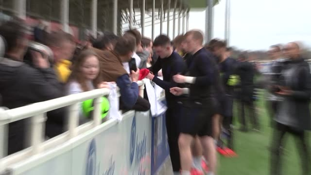 vidéos et rushes de kyle walker interview / training session gvs; england: staffordshire: st george's park: ext england players signing autographs and posing for... - équipe sportive
