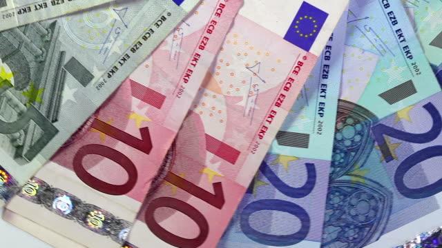 vídeos de stock, filmes e b-roll de notas de euro - nota de cinquenta euros
