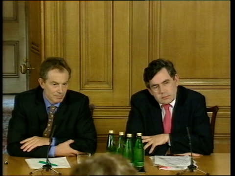 brown and blair promote unity evening news u'lay england london downing street prime minister tony blair mp and chancellor gordon brown mp into room... - ゴードン ブラウン点の映像素材/bロール