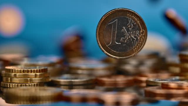 slo mo ld ett euromynt faller på en hög med mynt - symbol bildbanksvideor och videomaterial från bakom kulisserna